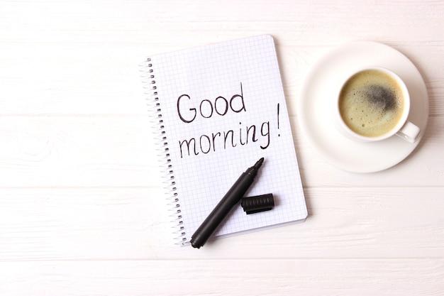 Tasse kaffee auf draufsicht des hölzernen hintergrundes. guten morgen. einen schönen tag noch. foto in hoher qualität