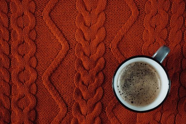 Tasse kaffee auf einem gestrickten
