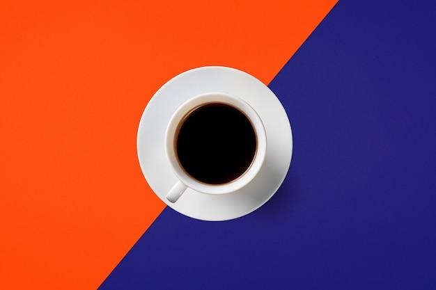 Tasse kaffee auf einem hintergrund von üppiger lava und aqua menthe farbe