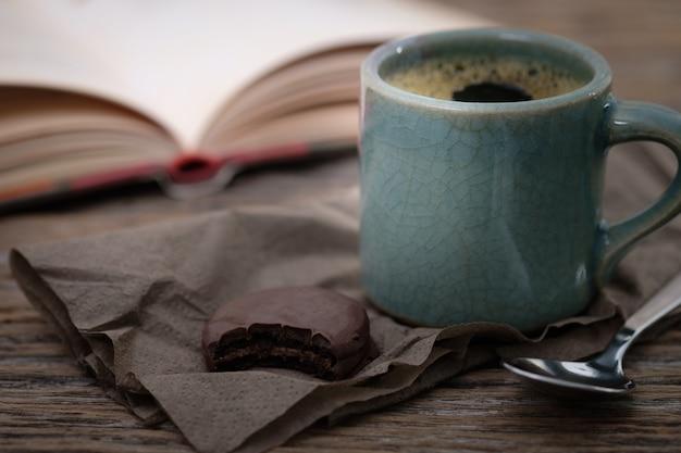 Tasse kaffee auf einem hölzernen schreibtisch.