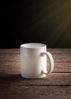 Tasse kaffee auf einem holztisch