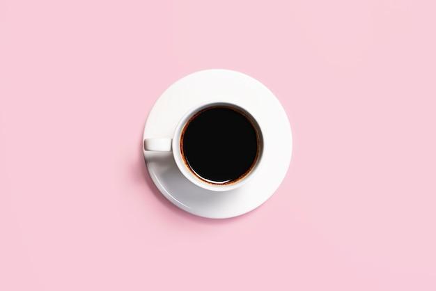 Tasse kaffee auf einem rosa hintergrund