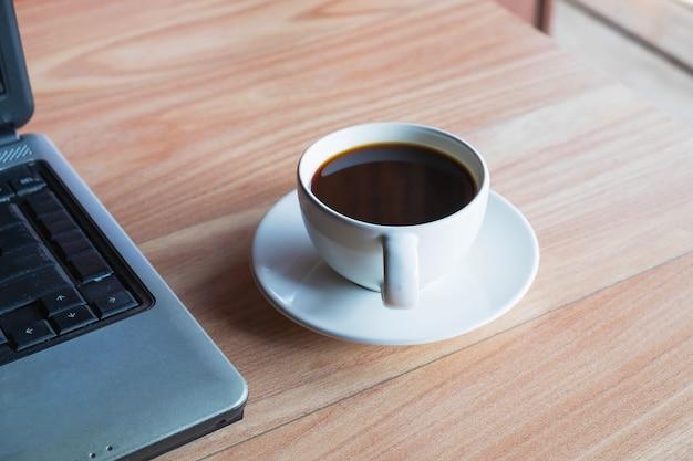 Tasse kaffee auf einem schreibtisch in einem büro