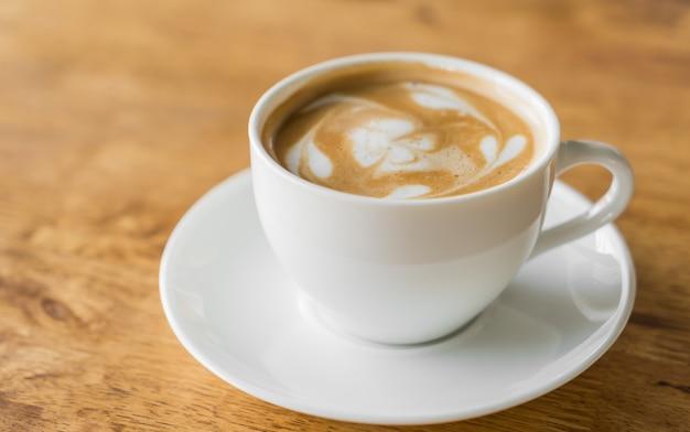 Tasse kaffee auf einem teller