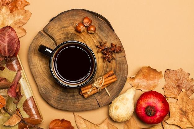 Tasse kaffee auf einer baumstammscheibe