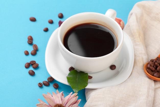 Tasse kaffee auf einer blauen tabelle