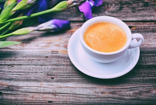 Tasse kaffee auf einer grauen holzoberfläche