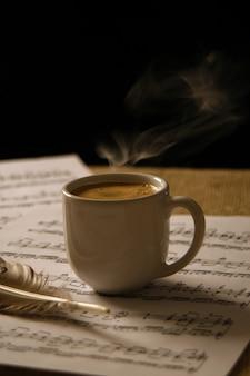 Tasse kaffee auf einer musikpartitur.