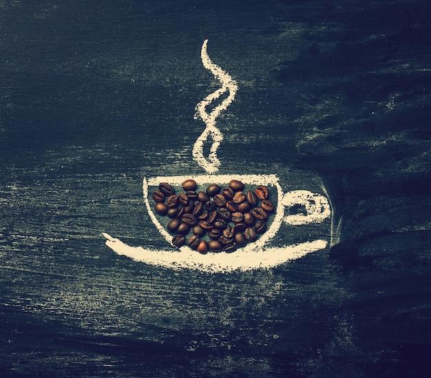 Tasse kaffee auf einer tafel mit kaffeebohnen gezeichnet