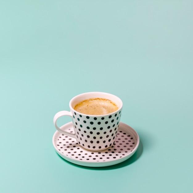 Tasse kaffee auf grünem hintergrund