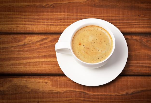 Tasse kaffee auf hölzernem hintergrund. konzeptfoto, draufsicht