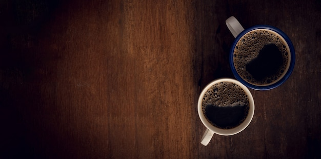 Tasse kaffee auf hölzernem hintergrund.