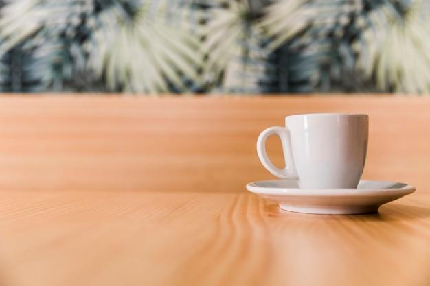 Tasse kaffee auf hölzerner tischplatte