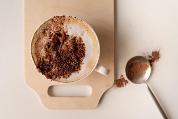 Tasse kaffee auf holzbrett