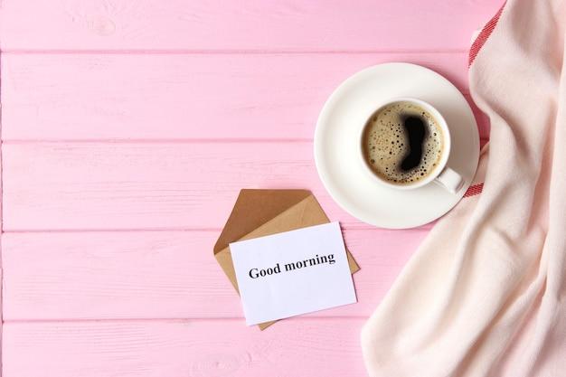 Tasse kaffee auf holzhintergrund draufsicht guten morgen noch einen schönen tag