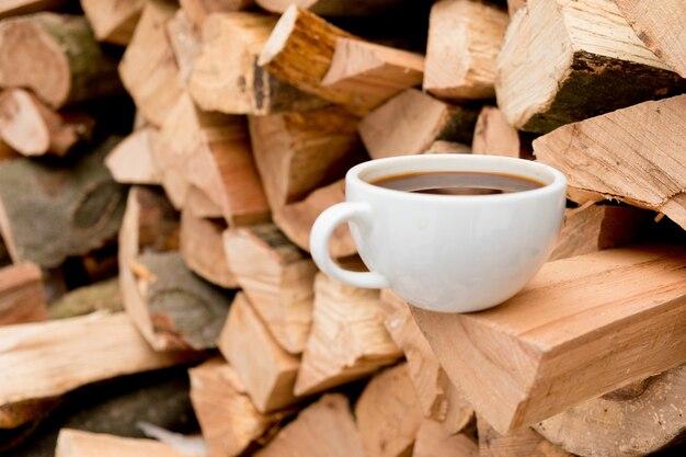 Tasse kaffee auf holztisch, ansicht von oben