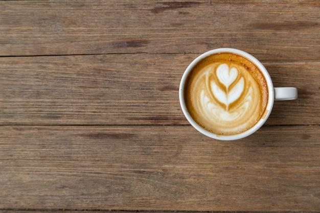 Tasse kaffee auf holztisch blackground