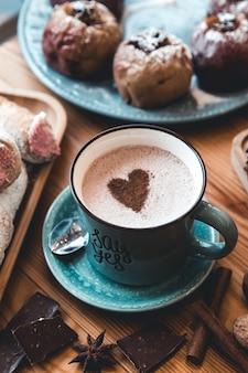 Tasse kaffee auf holztisch.