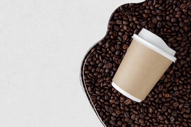 Tasse kaffee auf kaffeebohnen