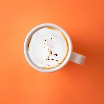 Tasse kaffee auf orange