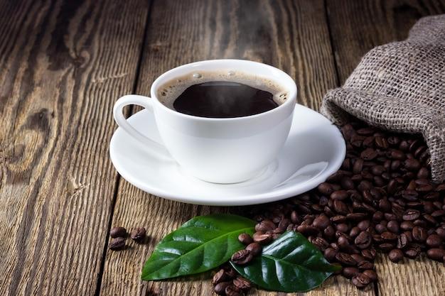Tasse kaffee auf rustikalem holztisch