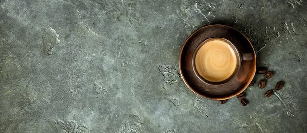 Tasse kaffee auf rustikalem