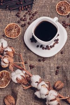 Tasse kaffee auf sackleinen mit baumwolle