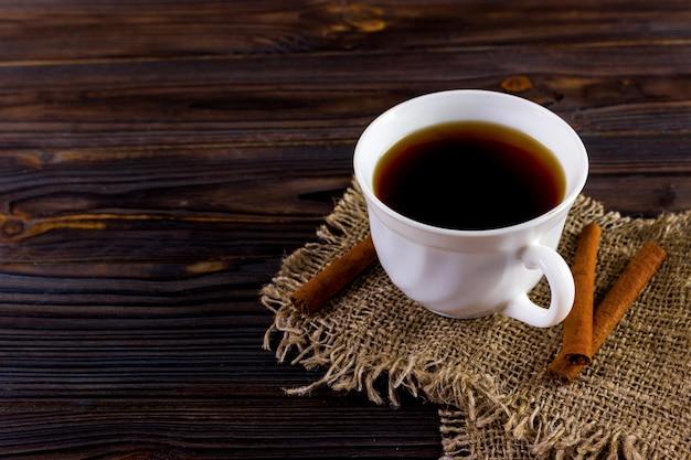 Tasse kaffee auf sackleinen