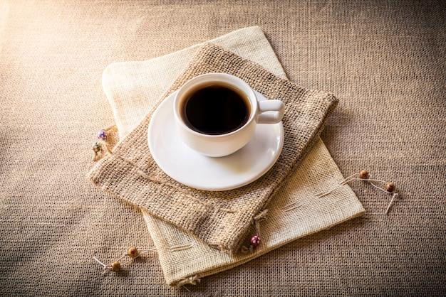 Tasse kaffee auf sacksack auf sackleinen