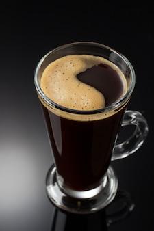 Tasse kaffee auf schwarz