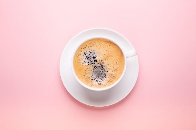 Tasse kaffee auf schwarzem rosa