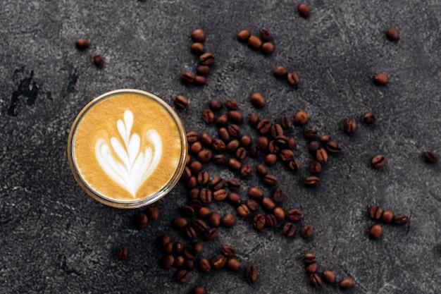 Tasse kaffee auf schwarzem steinhintergrund