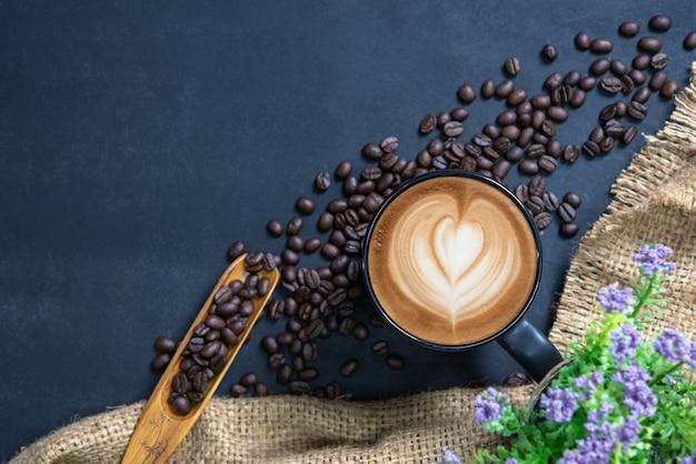 Tasse kaffee auf schwarzem tisch