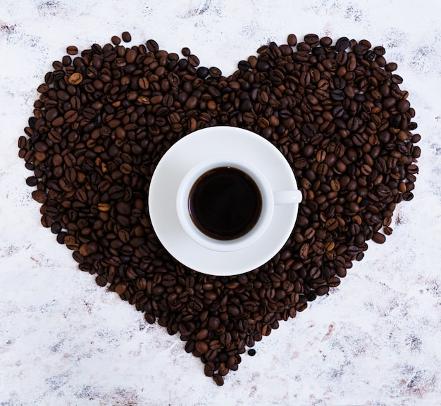 Tasse kaffee auf weiß