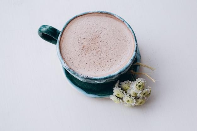 Tasse kaffee auf weißem tisch, draufsicht