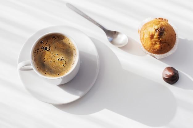 Tasse kaffee auf weißem tisch