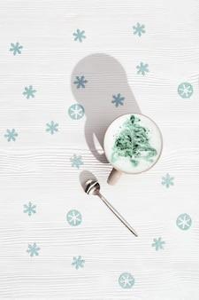 Tasse kaffee cappuccino mit muster neujahrsbaum auf weißem holztisch