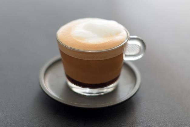 Tasse kaffee. cappuccino mit schaumselektivem fokus