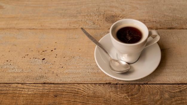 Tasse kaffee der hohen ansicht auf tabelle