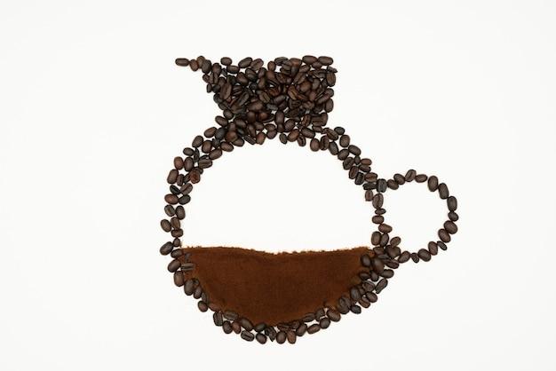 Tasse kaffee gemacht mit röstkaffeebohnen und gemahlenem kaffeepulver