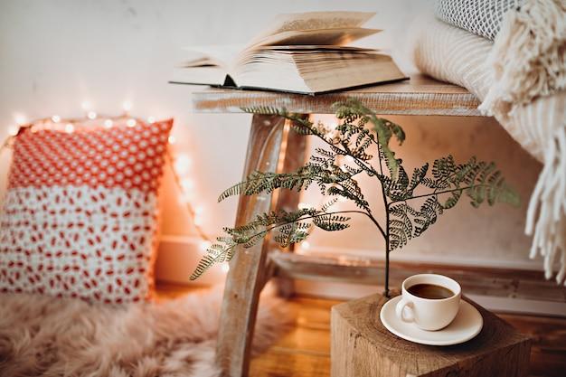 Tasse kaffee im gemütlichen lesebereich auf dem boden