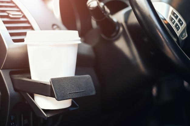 Tasse kaffee im getränkehalter im auto