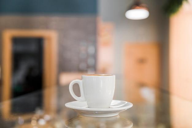 Tasse kaffee in der bäckerei