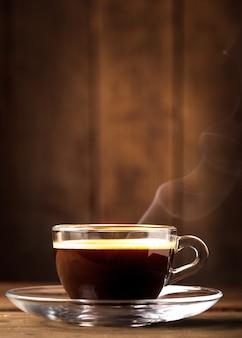 Tasse kaffee in glastasse mit kopienraum
