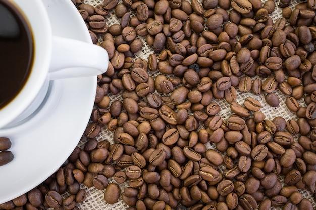 Tasse kaffee in sackleinen