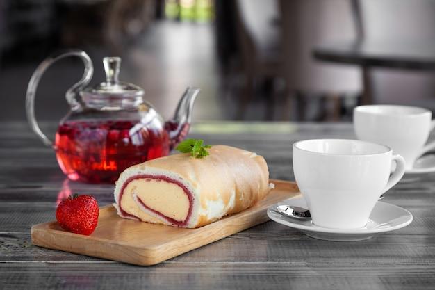 Tasse kaffee, kaffee in kupfertürke, dessert auf einem holzteller