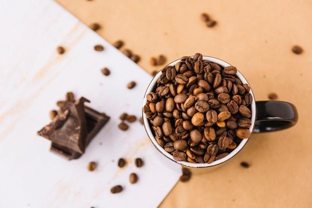 Tasse kaffee körner auf blatt