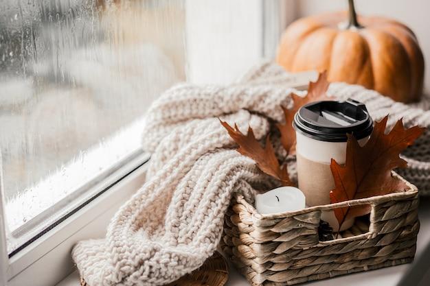Tasse kaffee, kürbis, getrocknetes herbstlaub.