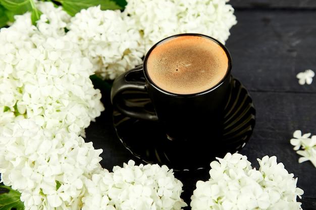 Tasse kaffee mit bouquet hortensie