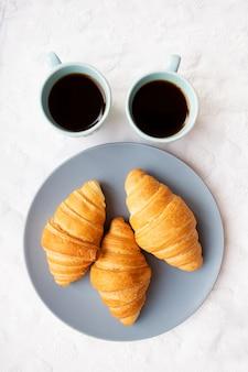Tasse kaffee mit croissant